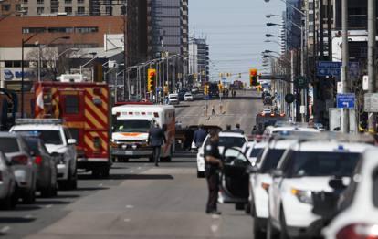 Toronto: un van travolge un gruppo di pedoni. Secondo alcuni media locali, ci sarebbero 5 morti.