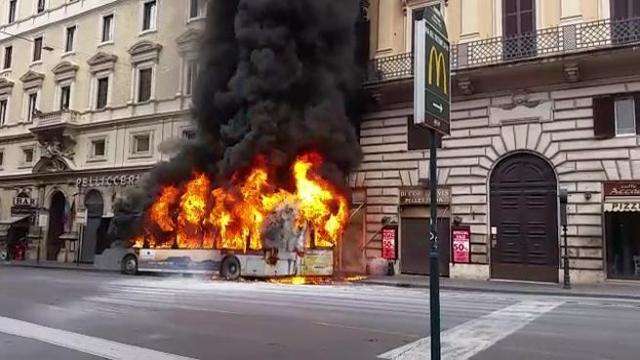 Roma, in Via del Tritone autobus in fiamme.