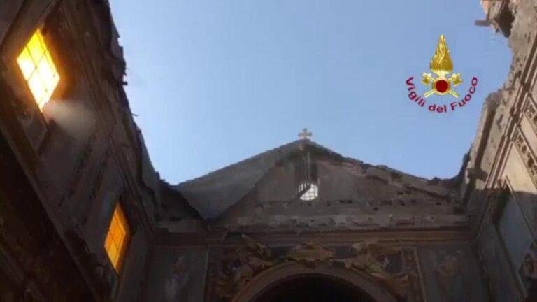 Roma, crolla tetto chiesa San Giuseppe dei falegnami: le prime immagini dall'interno