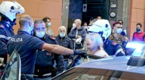 Rifiuta la mascherina, fermata a Napoli per resistenza