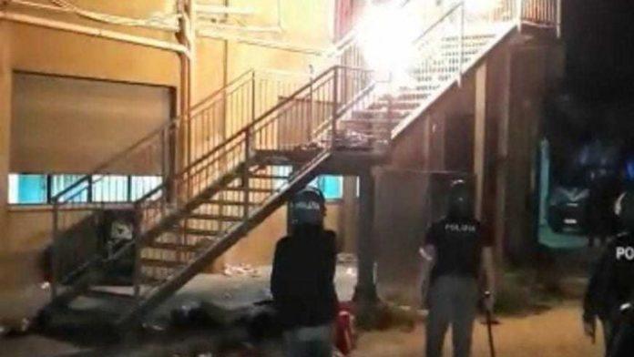 Agrigento :migranti rivolta in un centro d'accoglienza