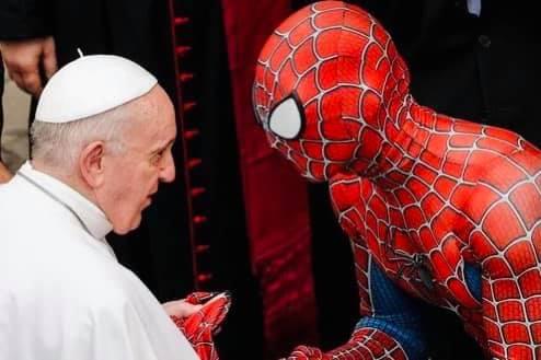 Lo 'Spiderman' degli ospedali che da anni regala un sorriso ai bambini ricoverati